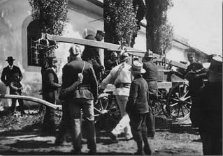 Übung vor dem Amtshof, 1907